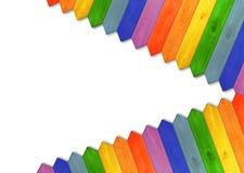 Mehrfarbiger Bretterzaun von den Farben des Regenbogens lokalisiert Lizenzfreie Stockbilder
