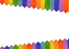 Mehrfarbiger Bretterzaun von den Farben des Regenbogens lokalisiert Stockfotografie
