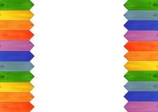 Mehrfarbiger Bretterzaun von den Farben des Regenbogens lokalisiert auf den Rändern Stockfotografie