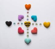 Mehrfarbiger gestrickter Valentinsgruß Stockbild