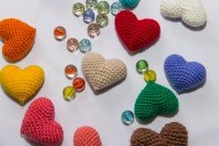 Mehrfarbiger gestrickter Valentinsgruß Stockfotografie