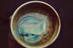 Mehrfarbiger Kaffee des Regenbogens an einem warmen Sommerabend lizenzfreie stockfotos