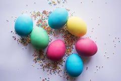 Mehrfarbiger Pastell besprüht Hintergrund Bunte kleine Süßigkeiten Ostern, Hintergrund, Beschaffenheit für Ostern, Kopienraum Sch Stockfotos