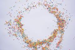 Mehrfarbiger Pastell besprüht Hintergrund Bunte kleine Süßigkeiten Ostern, Hintergrund, Beschaffenheit für Ostern, Kopienraum Sch Stockbilder