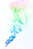 Mehrfarbiger Rauch auf Weiß Stockbilder