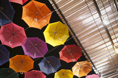 Mehrfarbiger Regenschirm lizenzfreies stockbild