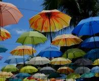 Mehrfarbiger Regenschirm im blauen Himmel Lizenzfreie Stockbilder