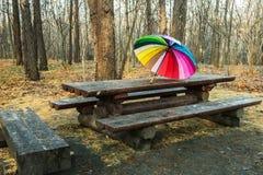 Mehrfarbiger Regenschirm ist auf dem Tisch lizenzfreie stockfotos