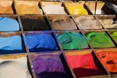 Mehrfarbiger Sand in den Kästen Stockfotografie