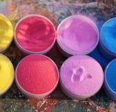 Mehrfarbiger Sand in den Plastikdosen Lizenzfreies Stockfoto