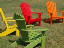 Mehrfarbiger Schlitz-Rückseite Adirondack-Stuhl Lizenzfreies Stockfoto