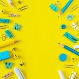 Mehrfarbiger Schulbedarf auf gelbem Hintergrund mit Kopienraum lizenzfreies stockbild
