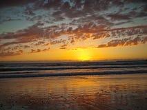 Mehrfarbiger Sonnenuntergang im Hintergrund des Meeres Stockfotos