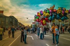Mehrfarbiger sozialfeiertag auf Straße stockbild