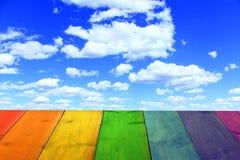 Mehrfarbiger Stand von den hölzernen Brettern und vom blauen Himmel Lizenzfreie Stockbilder