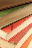 Mehrfarbiger Stapel alte Bücher Lizenzfreie Stockbilder