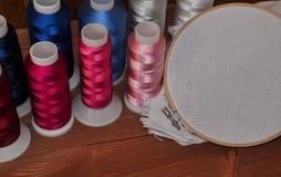 Mehrfarbiger Thread und Gewebe im Band für die Stickerei a Lizenzfreie Stockfotos