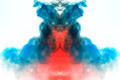 Mehrfarbiger Windenrauch, roter blauer Dampf, gekräuselt in abstrakte Formen und in Muster auf einem weißen Hintergrund, die Bewe lizenzfreies stockfoto