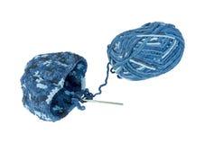 Mehrfarbiges blaues Garn für das Häkeln eines Hutes Lizenzfreie Stockbilder