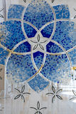 Mehrfarbiges Buntglasfenster mit Blöcken Abu Dhabi Mosque Lizenzfreie Stockbilder