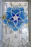 Mehrfarbiges Buntglasfenster mit Blöcken Abu Dhabi Mosque Stockfoto