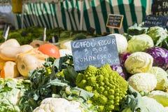 Mehrfarbiges Gemüse auf Paris-Markt klemmt mit Kreidepreiszeichen fest Stockbilder