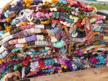Mehrfarbiges gerollt herauf Teppiche lizenzfreies stockbild
