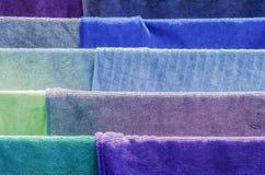 Mehrfarbiges Gewebe auf Trockner Stockfotografie
