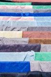 Mehrfarbiges Gewebe auf Trockner Lizenzfreie Stockbilder