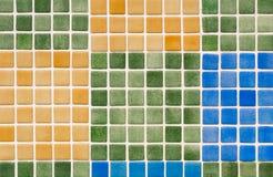 Mehrfarbiges Glas deckt Mosaik - bunten Hintergrundblockklaps mit Ziegeln Lizenzfreie Stockfotografie