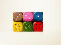 Mehrfarbiges hölzernes Spiel würfelt mit sechs Zahlen Lizenzfreies Stockfoto