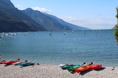 Mehrfarbiges Kanu auf dem Seeufer Stockfotografie