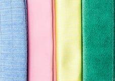 Mehrfarbiges microfiber Staubtuch auf weißem Hintergrund Lizenzfreie Stockfotos