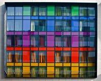 Mehrfarbiges modernes Wohngebäude Stockbild