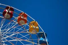 Mehrfarbiges Riesenrad gegen einen blauen Himmel Stockfotografie