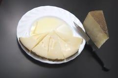 Mehrlagenplatte mit Keilen des Käses und des Schmieröls Stockfotografie