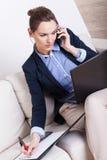 Mehrprozeßfrau, die zu Hause arbeitet lizenzfreies stockfoto