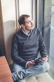 Mehrprozeßmann, der Tablette, Laptop und cellhpone verwendet Lizenzfreie Stockfotografie