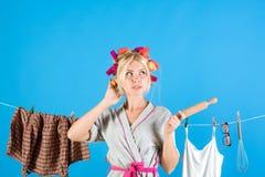 Mehrprozeßmutter Ausführung von verschiedenen Haushalts-Aufgaben Junge Mutter mit Schätzchen emotionale Retro- Hausfrau Weinleseh stockfotos