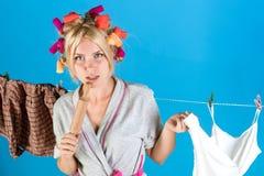 Mehrprozeßmutter Ausführung von verschiedenen Haushalts-Aufgaben Junge Mutter mit Schätzchen emotionale Retro- Hausfrau Kein Schm stockbilder