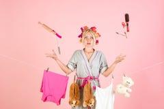 Mehrprozeßmutter Ausführung von verschiedenen Haushalts-Aufgaben Junge Mutter mit Schätzchen Weinlesehaushälterinfrau Arbeiten vo lizenzfreie stockbilder