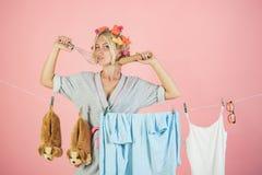 Mehrprozeßmutter Ausführung von verschiedenen Haushalts-Aufgaben Weinlesehaushälterinfrau emotionale Retro- Hausfrau besetzt lizenzfreies stockfoto