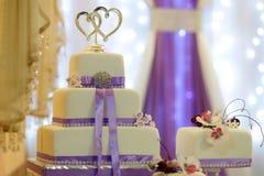 Mehrschichtiger Kuchen der geschmackvollen Hochzeit Stockbilder