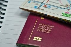 Mehrsprachiger biometrischer Pass bereit zum Reisen lizenzfreie stockfotos