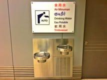 Mehrsprachiges Zeichen - Wasserspender lizenzfreies stockbild