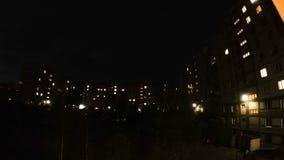 Mehrstöckige Häuser, in den Wohnungen, die Fenstern leuchten Timelapse stock video footage