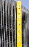Mehrstöckiger Parkplatz des vertikalen vollen HöhenParkplatz-Zeichens stockfoto