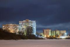 Mehrstöckiges Gebäude auf der Ufergegend nachts Stockfotografie