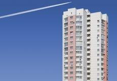 Mehrstöckiges Gebäude auf einem Hintergrund des blauen Himmels Stockfotos