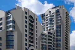 Mehrstöckiges Haus der modernen Stadt (Neuentwicklung) Stockfotos